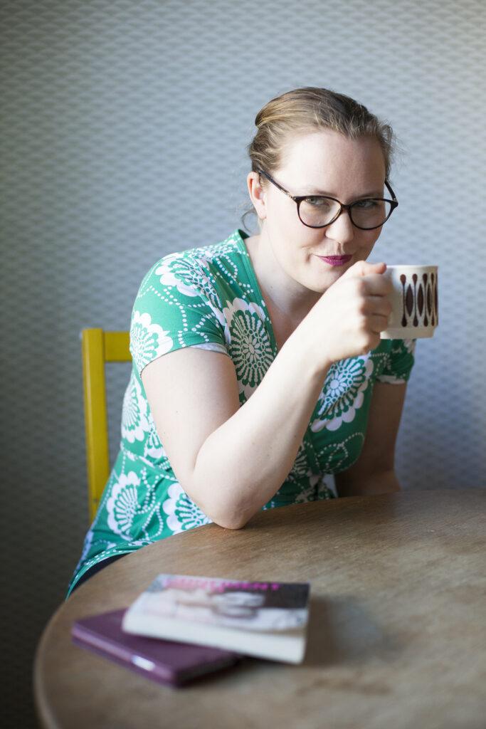 Märta dricker kaffe